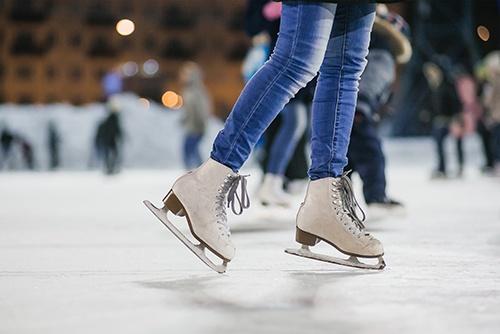 Schlittschuh fahren auf dem Eis