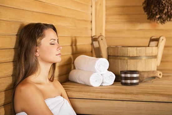 Brünette Frau entspannt in einer Sauna