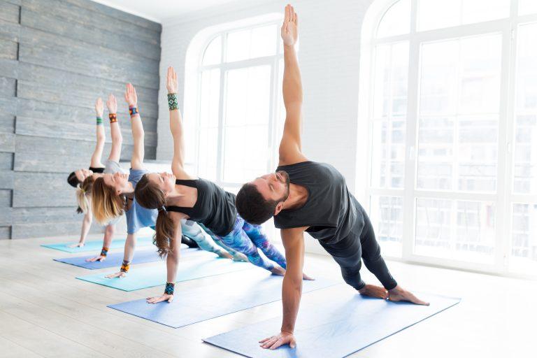 Gruppe macht gemeinsam Yoga in einem Yogastudio