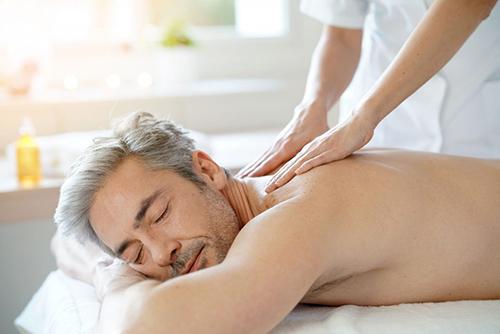 Mann entspannt bei einer Massage